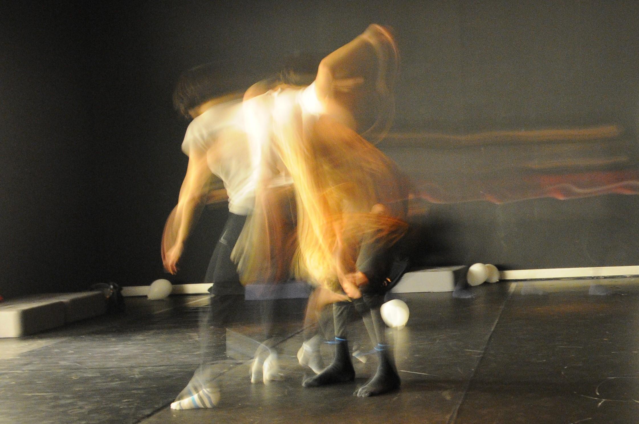Danza improvisación, contact improvisation y portés acrobáticos. Prácticas de escucha y apoyo mutuo